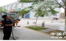 """新疆:应对高温 吐鲁番每天为市区2万棵树木""""洗澡"""""""